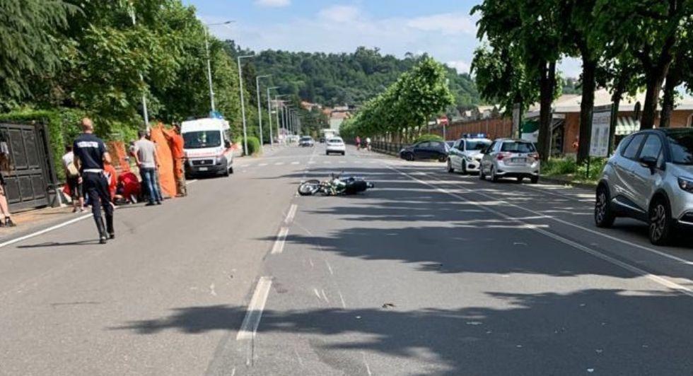 MONCALIERI - Paura in strada Torino: motociclista contro auto davanti al cimitero