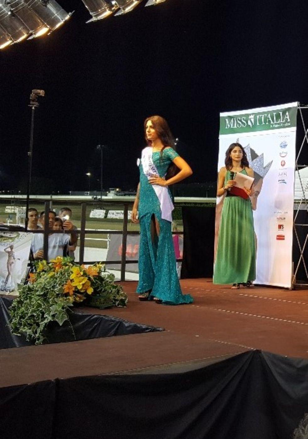 VINOVO - Claudia Gilardi è Miss Ippodromo e parteciperà alle prefinali di Miss Italia