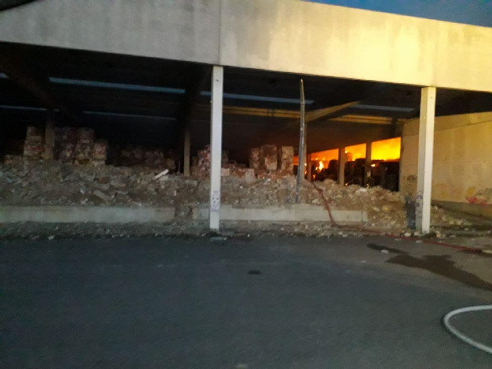 CANDIOLO - Maxi incendio nell'ex mattatoio al confine con None