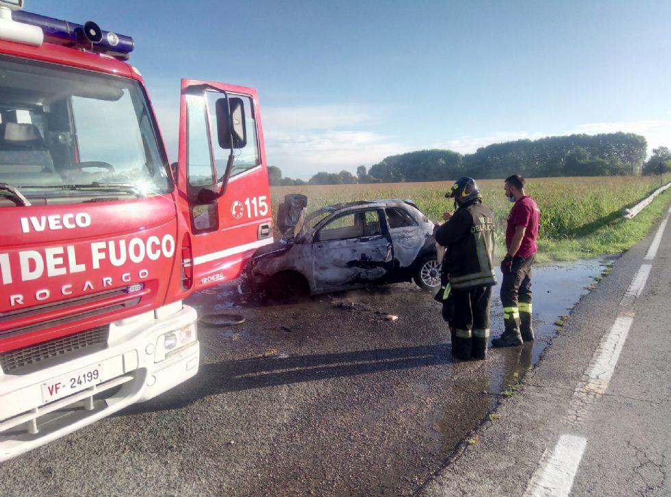 CARMAGNOLA - Paura in via Racconigi: auto in fiamme durante la marcia