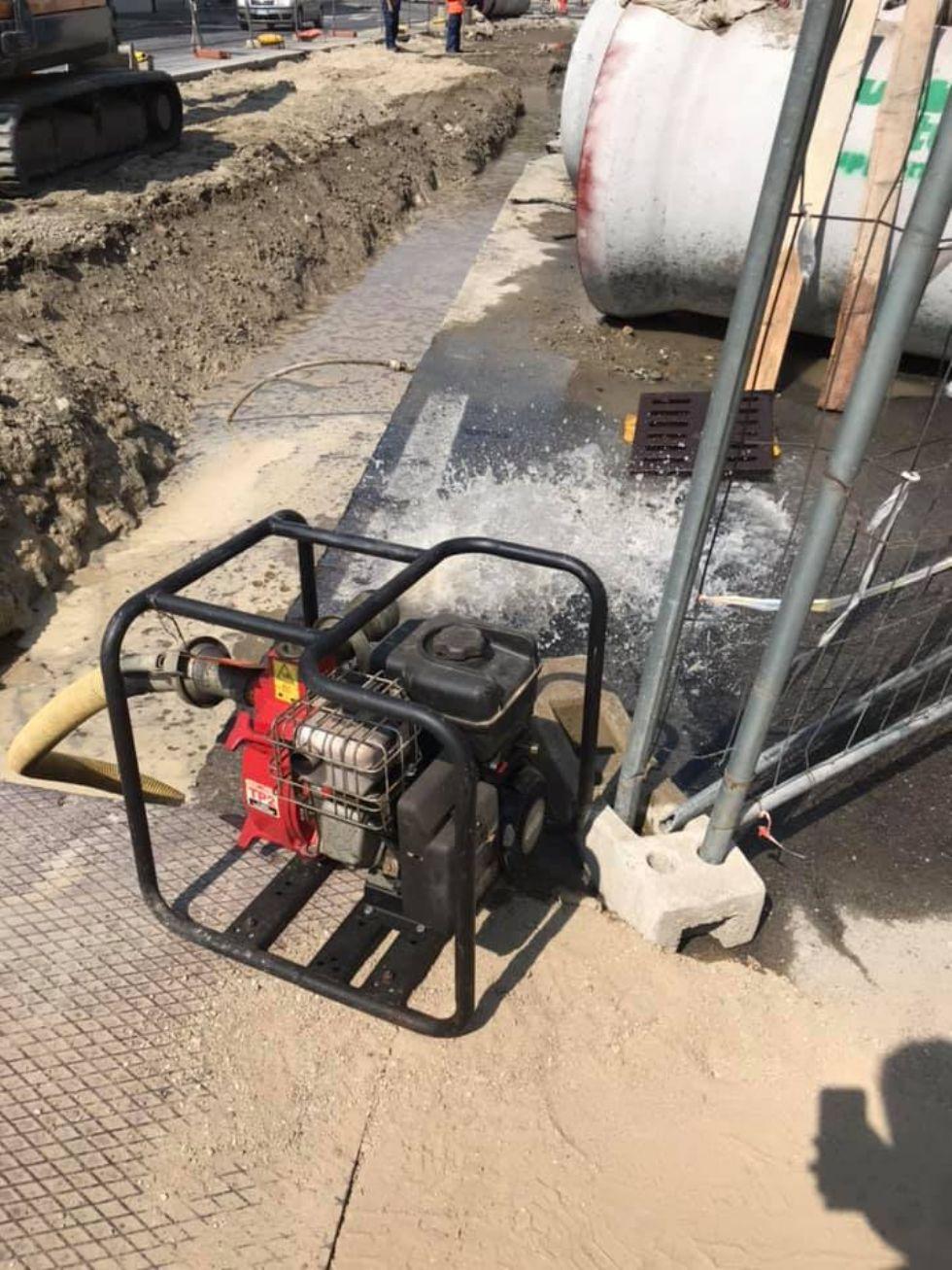 MONCALIERI - Un altro tubo dell'acqua rotto durante i cantieri e decine di cittadini a secco