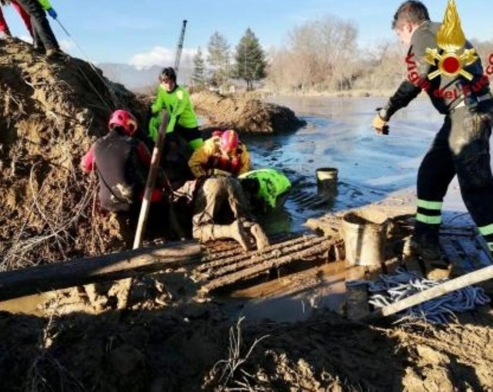 ORBASSANO - Finisce nel laghetto di una cava mentre torna a casa