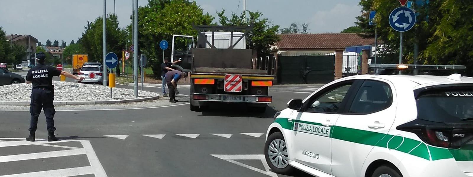 NICHELINO - Il camion si guasta nella rotonda: caos in via Torricelli