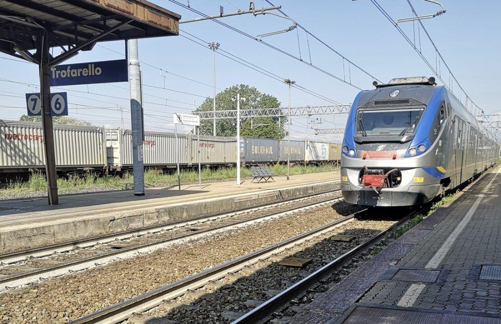 TROFARELLO - Altra mattinata di passione per i pendolari per un guasto al treno