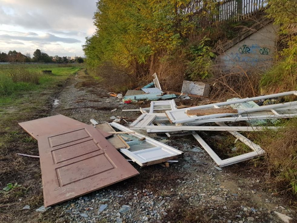 MONCALIERI - Cumulo di rifiuti abbandonati in strada Sant'Ambrogio
