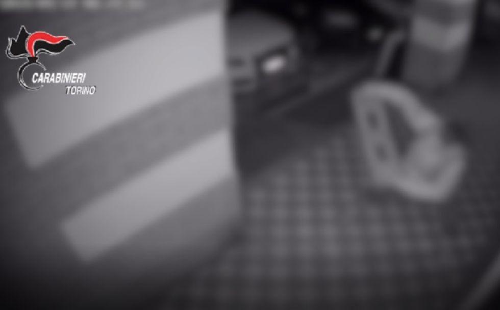 MONCALIERI - Sfondava le vetrine dei negozi per rubare l'incasso: arrestato