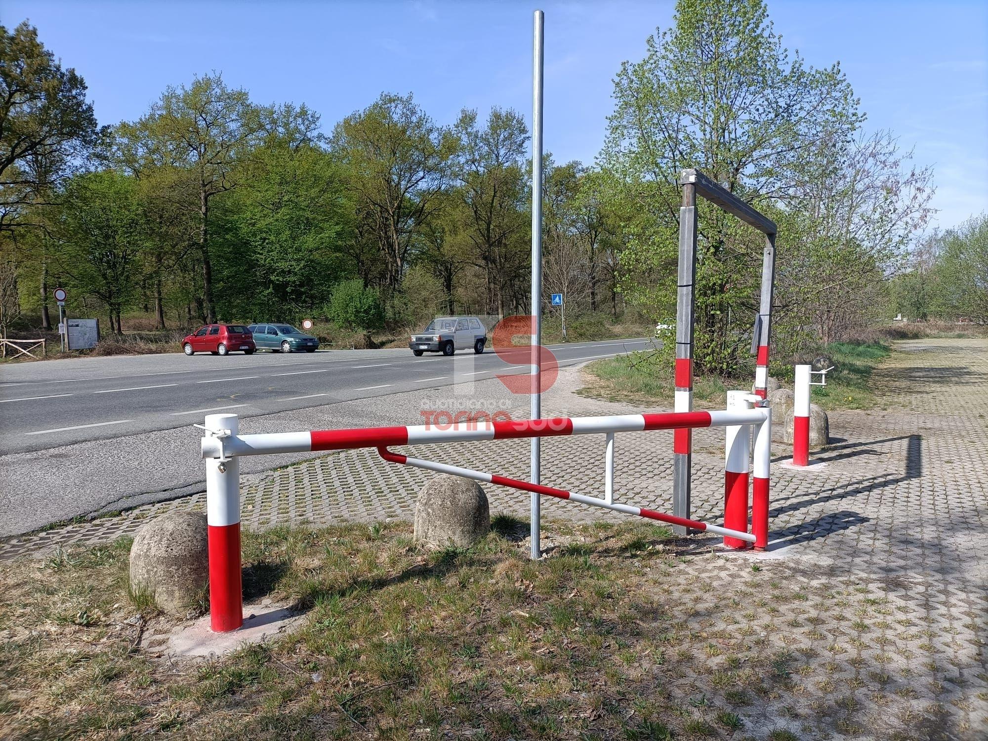 NICHELINO - Ecco le sbarre anti prostituzione al parco di Stupinigi: chiuderanno i parcheggi