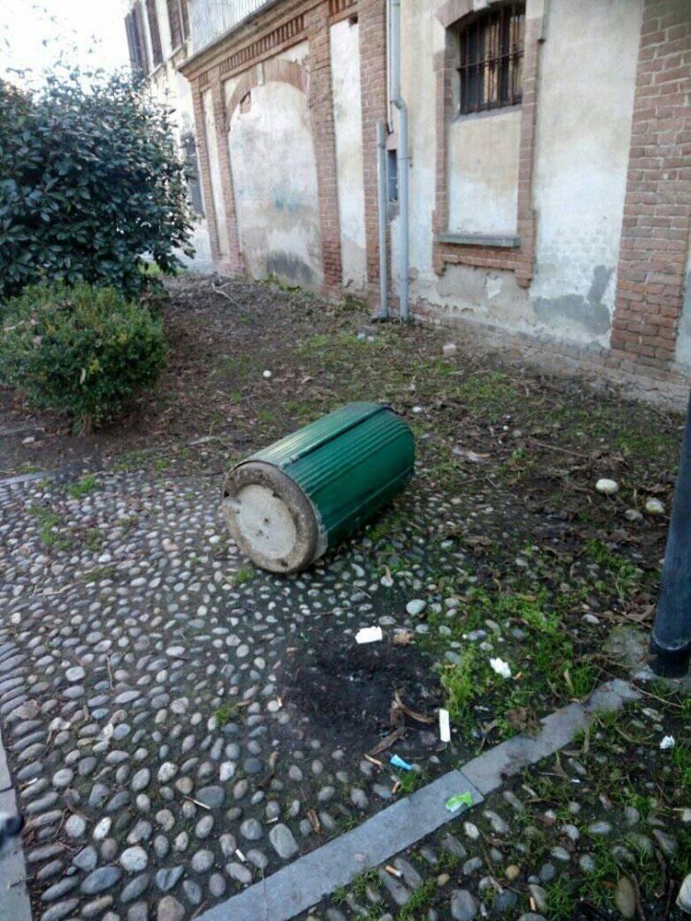 CARMAGNOLA - Rovesciati i cestini dei rifiuti in via Barbaroux: vandali in azione