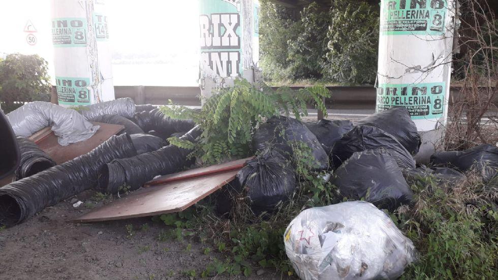 ORBASSANO - Non si arresta l'abbandono di rifiuti lungo la Sp6