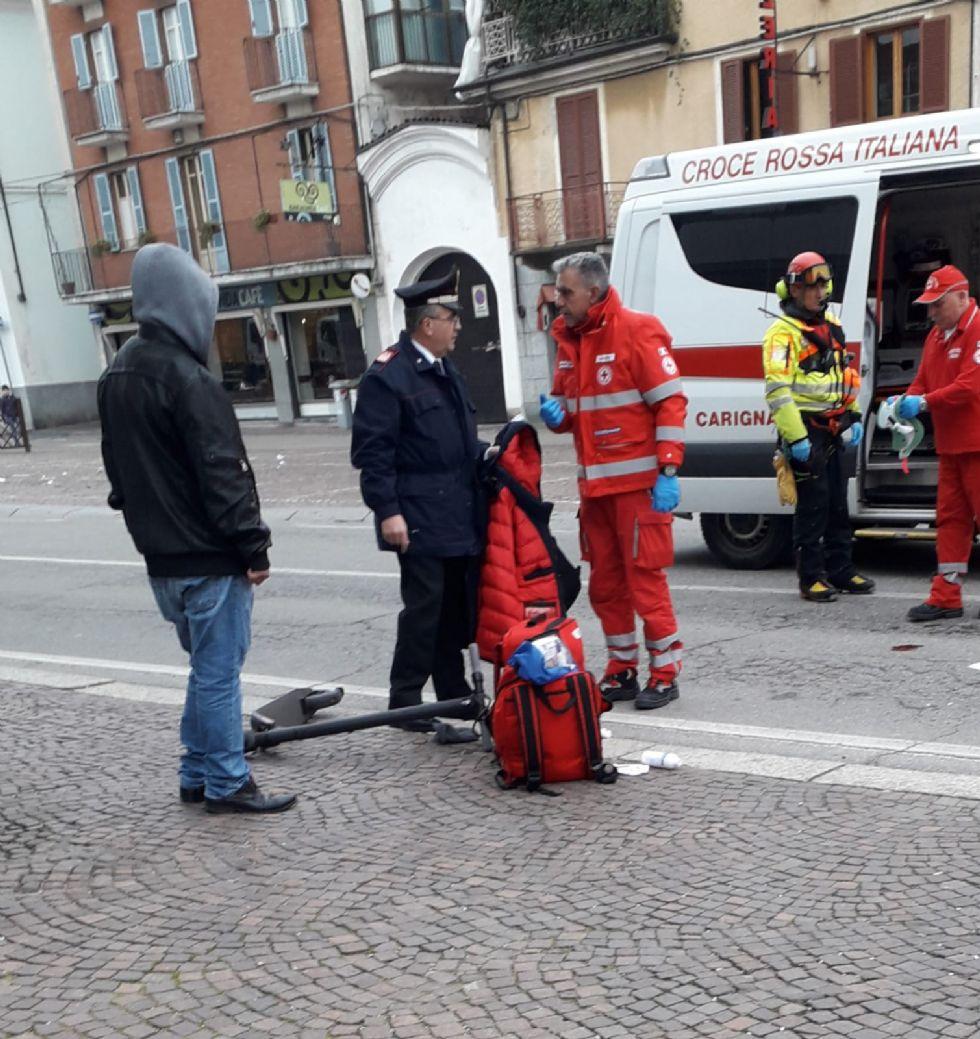 CARIGNANO - Cade dal monopattino in piazza Carlo Alberto: grave al Cto