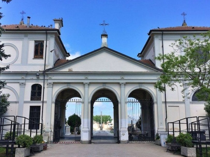 CARMAGNOLA - Rumori sospetti dentro al cimitero, mancano le chiavi e i carabinieri devono scavalcare