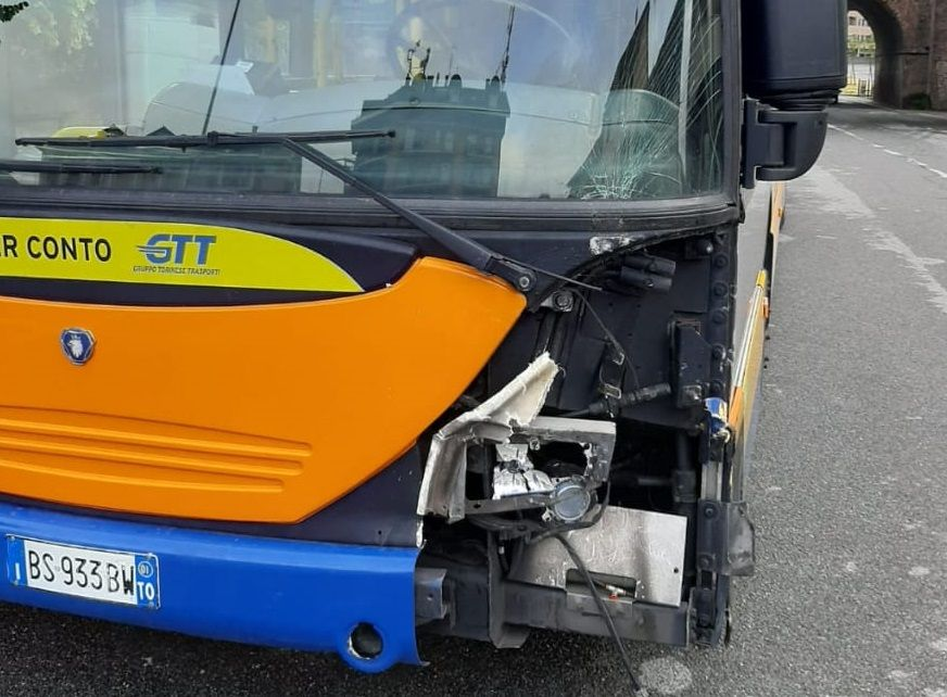 TRASPORTI - L'autobus 45 finisce fuori strada: ferito un passeggero