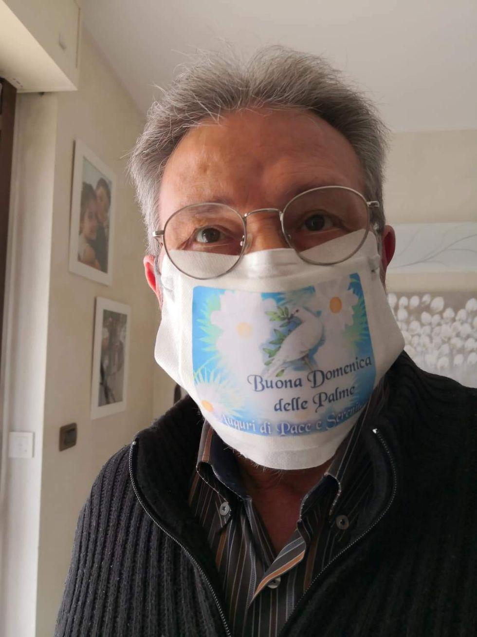 NICHELINO - Il pensionato che crea mascherine dei cartoni animati