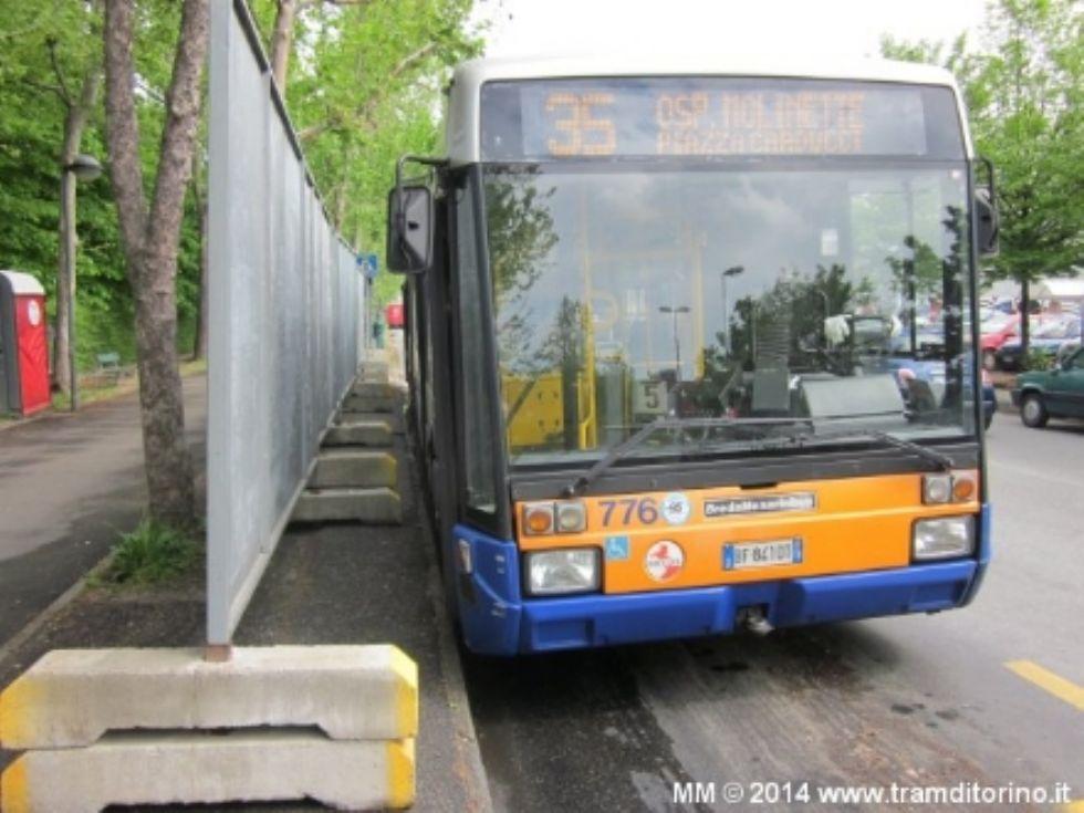 NICHELINO - Spacca parabrezza e tergicristallo dell'autobus 35: arrestato