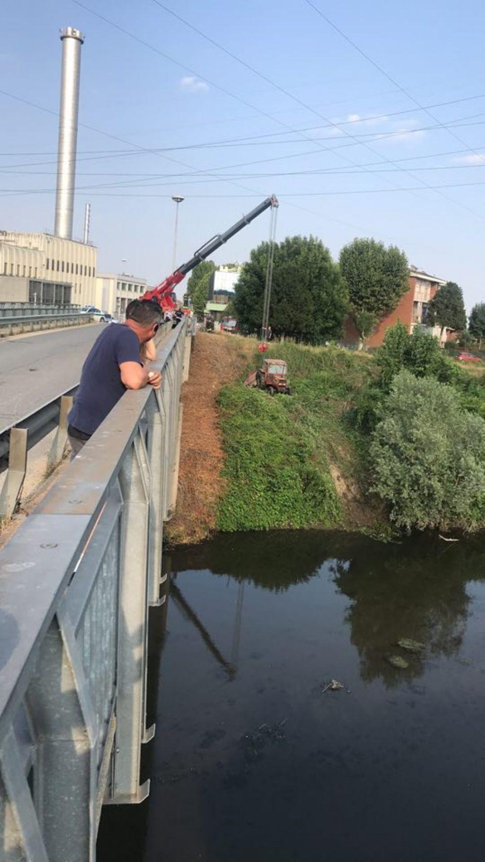 MONCALIERI - Si rompe il freno e il trattore finisce nell'acqua