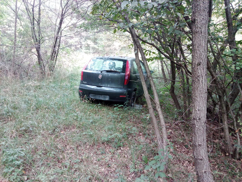 PIOSSASCO - Discarica al confine con Rivalta: auto abbandonata in zona Allivellatori