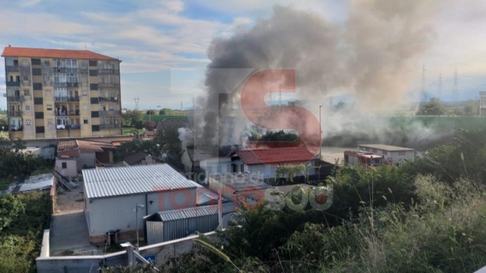 NICHELINO - Incendio devasta il tetto di uno stabile in via XXV Aprile: intervento dei vigili del fuoco